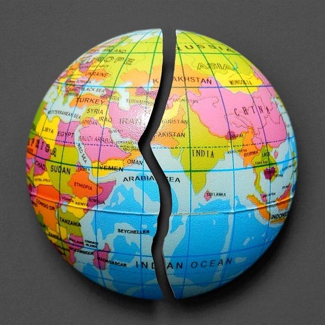 Weltkugel mit Riss Symbol Kindesentführung Ausland